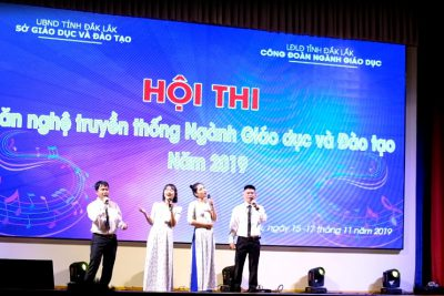 """Tiết mục hát múa phụ họa """"Viêt Nam gấm hoa"""" CB,GV trường THPT Krông Ana"""